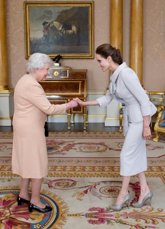 Herečka se s královnou setkala v Buckinghamském paláci.