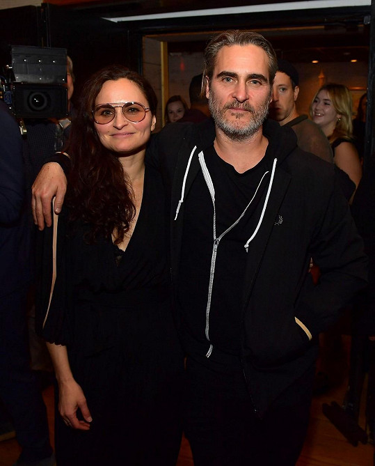 Joaquin Phoenix se sestrou Rain na oslavě její nové desky, jež nese jméno po zesnulém bratrovi Riverovi.