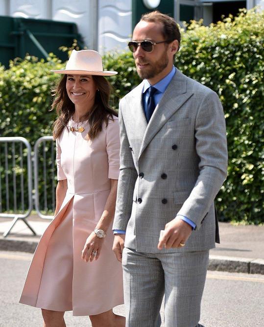 Pippa Middleton dorazila s bratrem Jamesem.