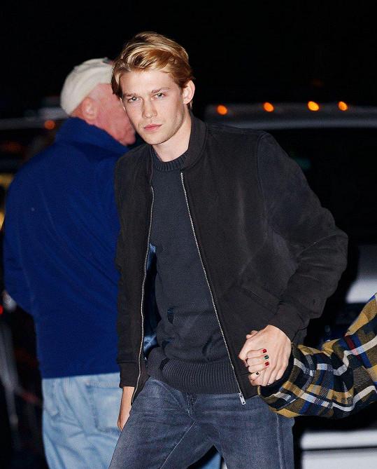 Srdce zpěvačky si získal šestadvacetiletý britský herec.