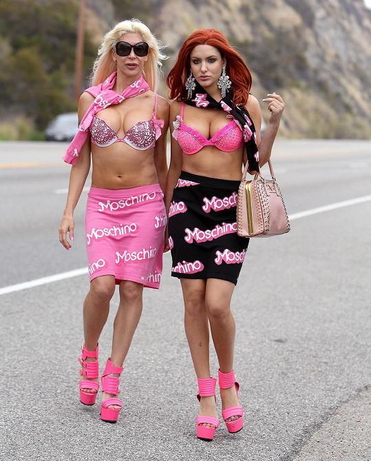Bisexuální duo u silnice připomínalo vysloužilé prostitutky.