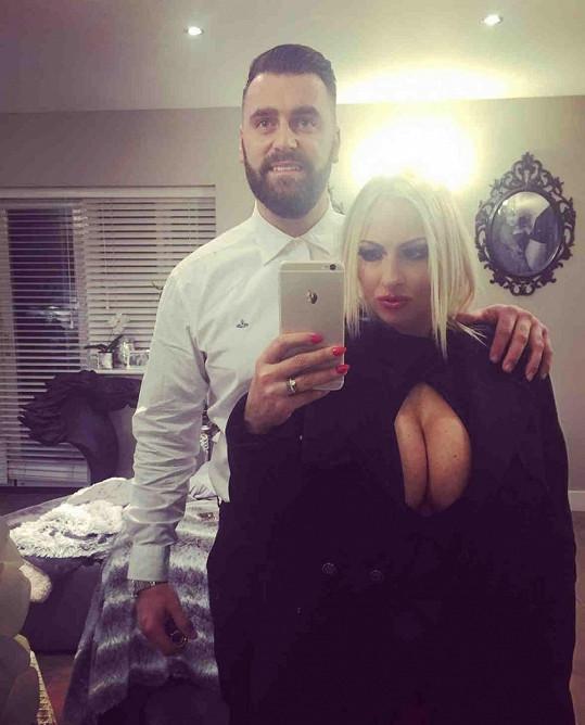 Manžel jí výběr šatů schválil.