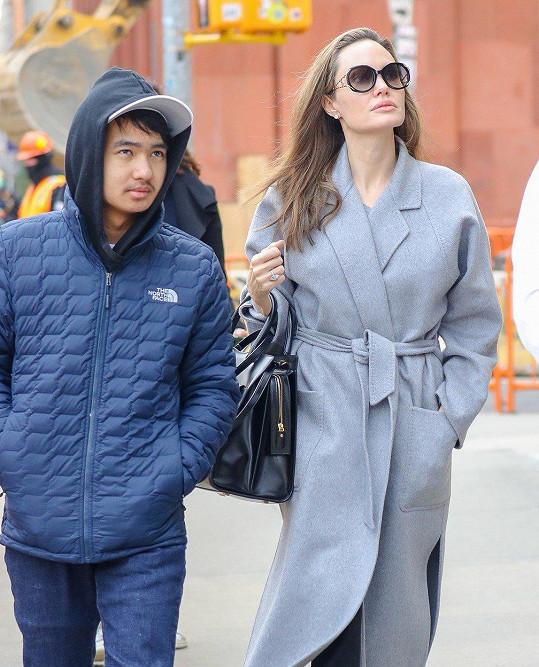 Angelina Jolie pomáhá Maddoxovi s výběrem školy.