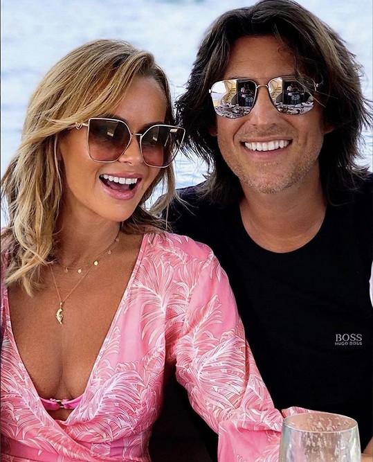 Amanda s manželem Chrisem, se kterým má dvě dcery.