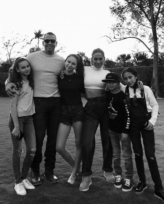 Se snoubencem, jeho dcerami a vlastními dětmi Maxem a Emme