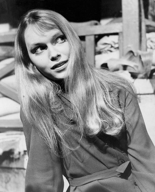 Takhle Mia Farrow vypadala před 50 lety ve filmu Pušky v Batasi.
