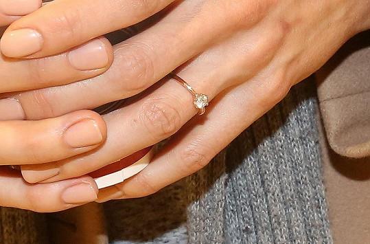 Detail zásnubního prstýnku, který jí navlékl Vladimír Polívka.