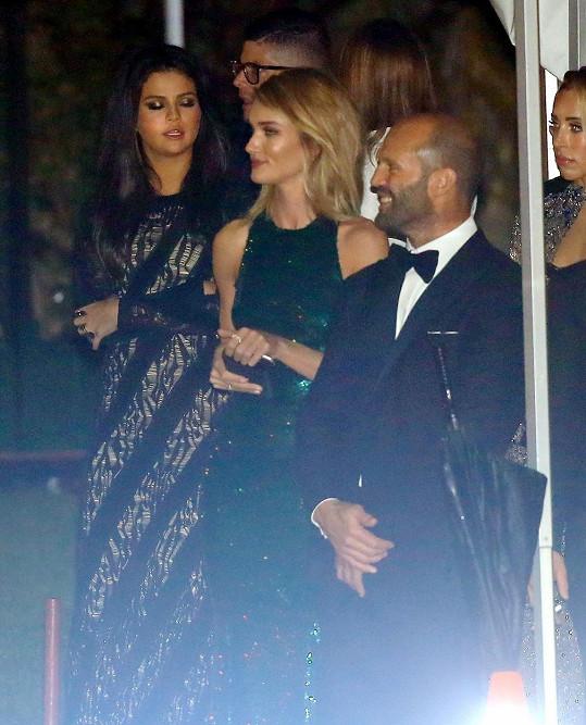 Selena Gomez odcházela s Rosie Huntington-Whiteley a Jasonem Stathamem.