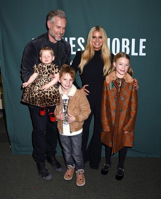 S celou rodinou, manželem Ericem Johnsonem a dětmi Maxwell, Acem a nejmladší Birdie