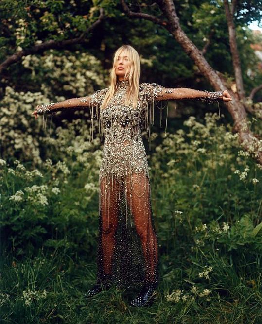 Takhle oslnivě vypadá Kate v letošní kampani pro značku Alexander McQueen.