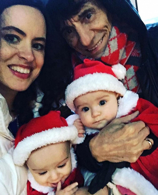 Ronnie Wood se Sally Humphreys a jejich dvojčaty Gracie Jane a Alice Rose.