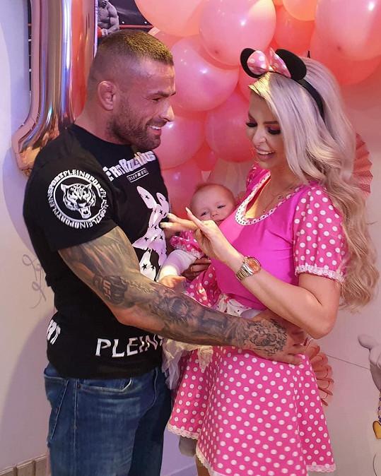 O ruku ji požádal na oslavě 1. narozenin své dcery.
