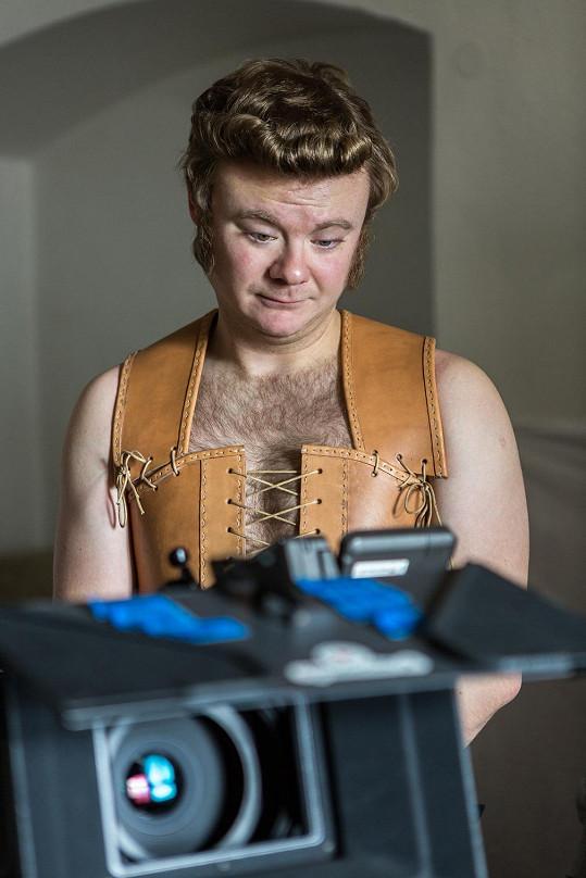Filip Kaňkovský hraje v seriálu majordoma Huberta.