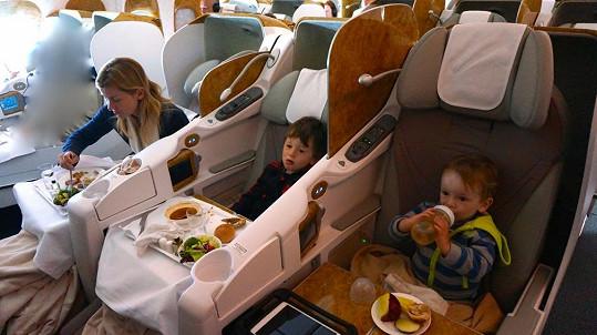 Několik hodin v letadle s nemocnými dětmi nebyl žádný med. Naštěstí rodinka cestuje v business třídě.
