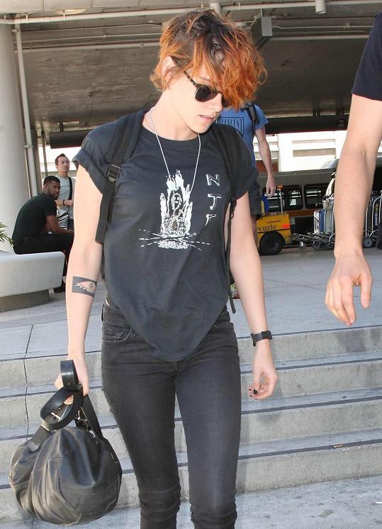 Kristen na letišti v Los Angeles v obležení fotografů