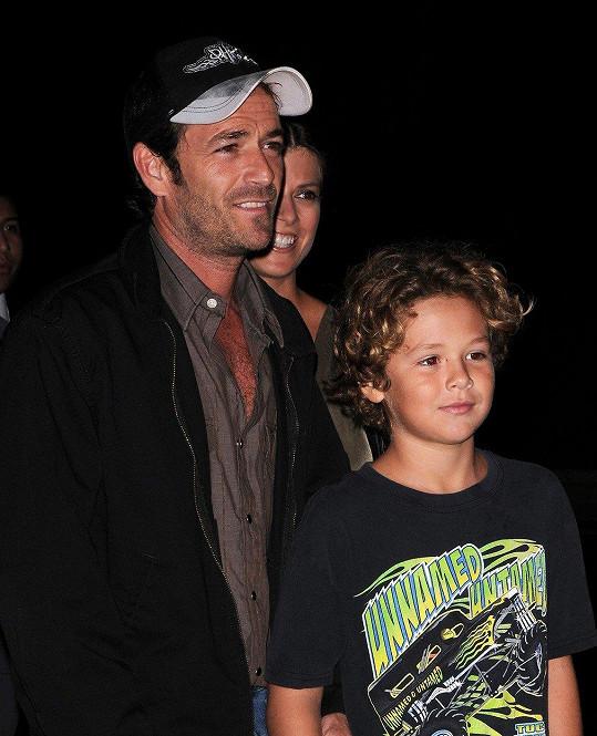 Luke Perry se synem Jackem na archivním snímku