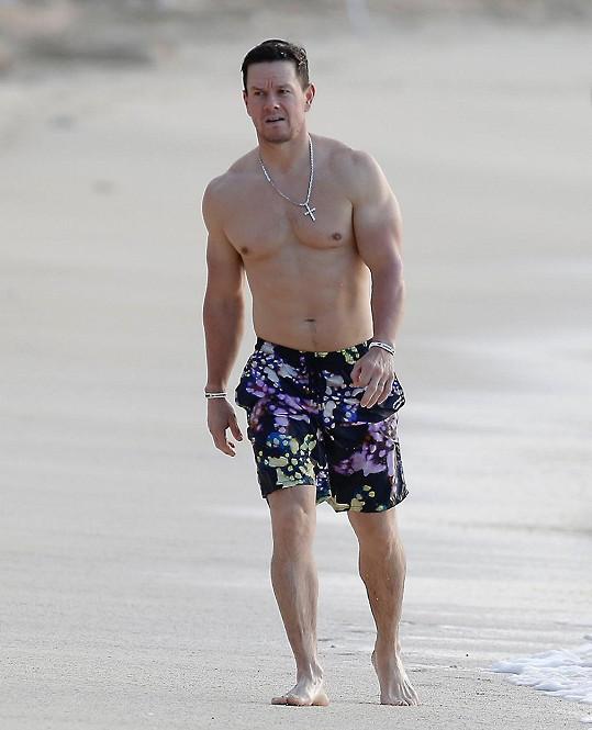 Mark ukazuje na dovolené svou svalnatou postavu.