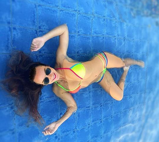 Mottlová předvedla svou výstavní figuru v bazénu.