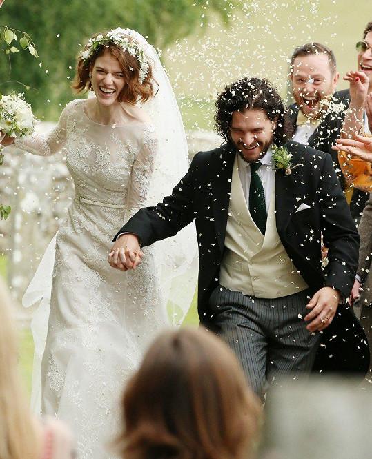 Hrdinové ze Hry o trůny Kit Harington a Rose Leslie se dočkali okázalé svatby na hradě ve Skotsku.