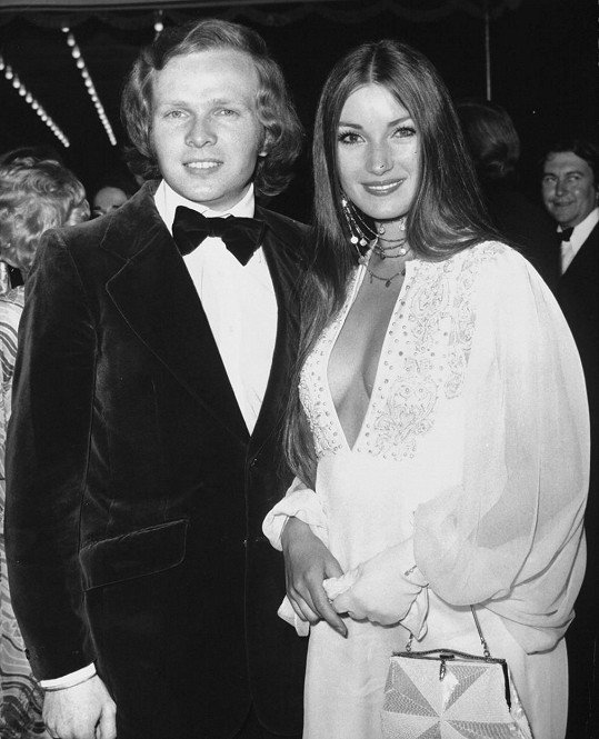 Na premiéře bondovky Žít a nechat zemřít v roce 1973, kde hrála Bond girl.