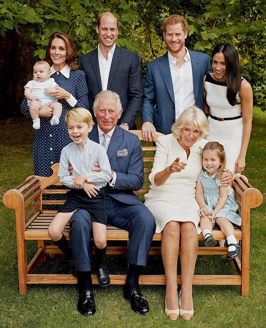 Charles zapózoval s manželkou, syny, jejich ženami a třemi vnoučaty.
