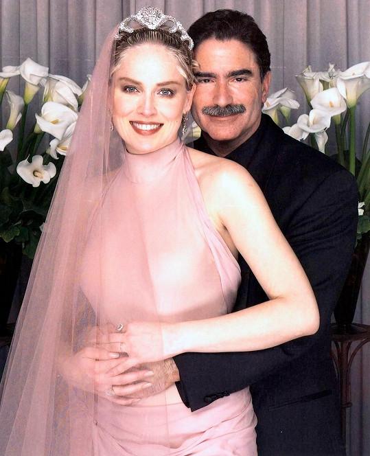 V minulosti byla dvakrát vdaná, na snímku s druhým manželem Philem Bronsteinem.