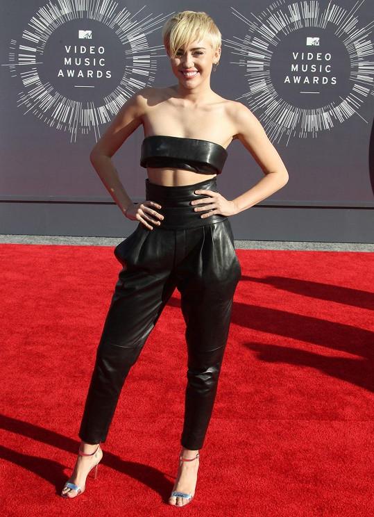 Docela přisprostlé, ale zároveň minimalistické. Provokatérka Miley Cyrus se v dvoudílném koženém modelu z couture kolekce Alexandre Vauthier vydala na příkrou hranici mezi vkusem a ordinérností a s rošťáckým účesem, absencí šperků a s vkusnými střevíci s metalickými pásky se nezřítila z útesu.