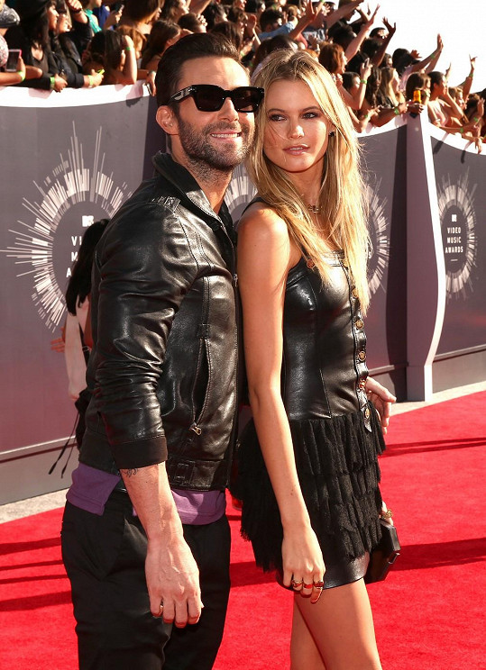 Jinak je to ale prvotřídní kráska, která s Adamem Levinem tvoří jeden z nejatraktivnějších párů šoubyznysu.