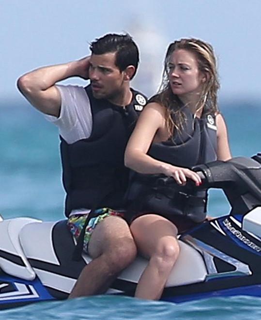 Zamilovaný pár na dovolené v Mexiku