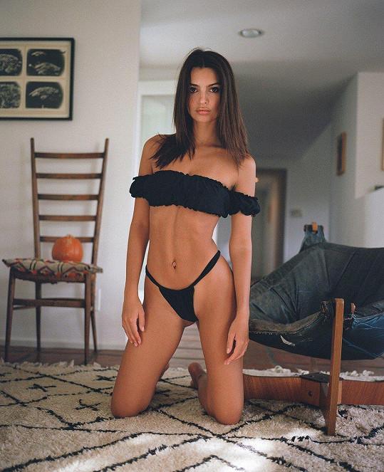 Emily Ratajkowski zásobuje fanoušky krásnými záběry na svou postavu v prádle.