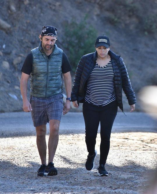 Eva Longoria s manželem Josém Bastónem při ranní procházce