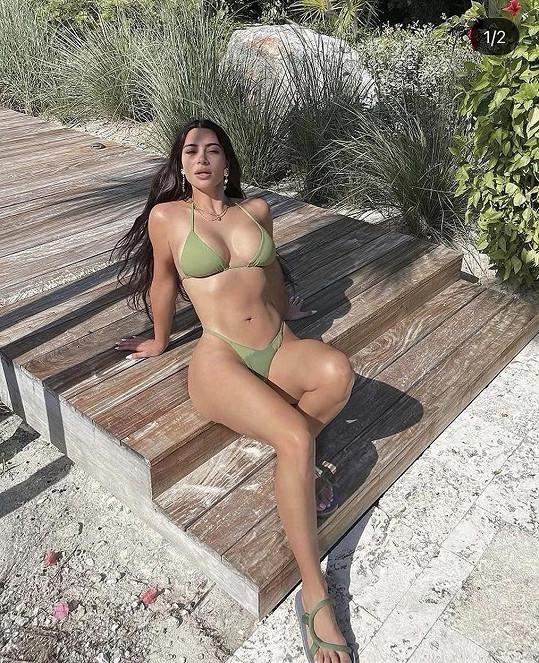 Kim rozhodně ví, jak pózovat, aby vynikly její přednosti.