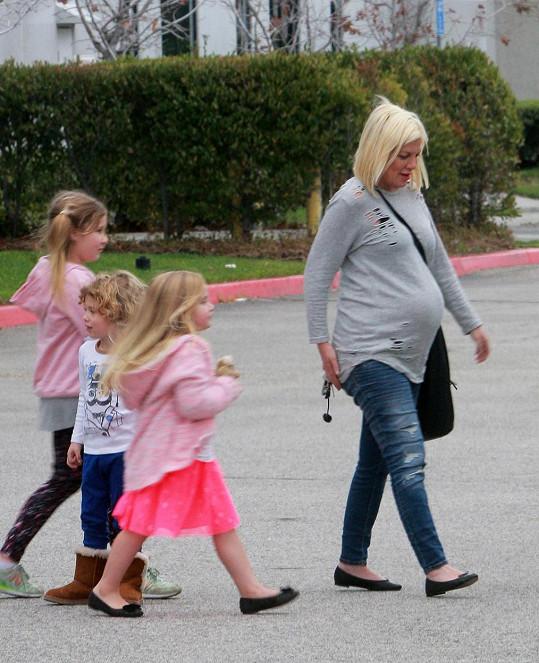 Tori vyrazila s dětmi na motokárový okruh.
