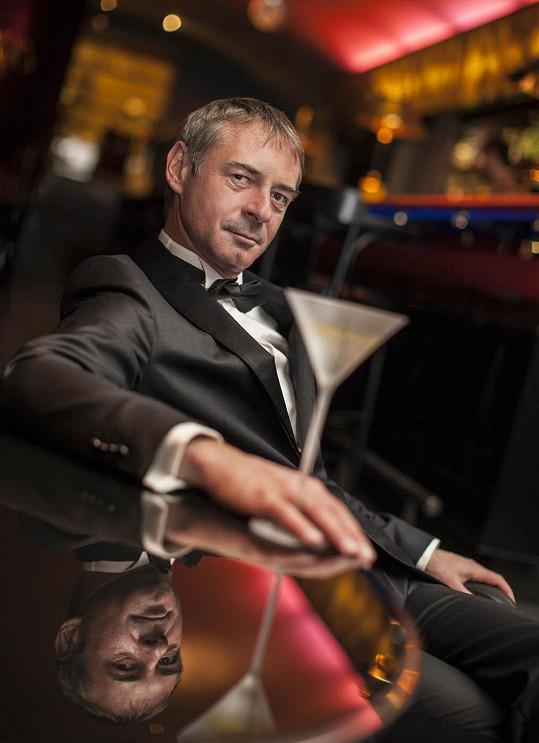 V českém znění mluví James Bond (Daniel Craig) hlasem Jiřího Dvořáka.