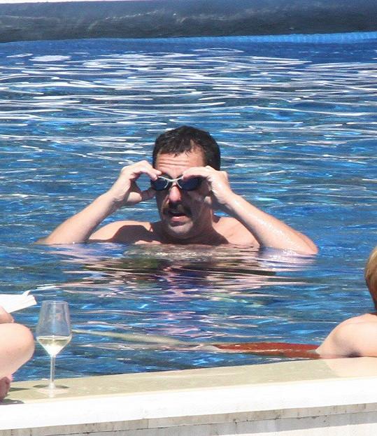 Během natáčení relaxuje u bazénu.