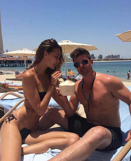 Modelka April Love Geary a zpěvák Robin Thicke vrkají na dovolené jako dvě zamilované hrdličky.