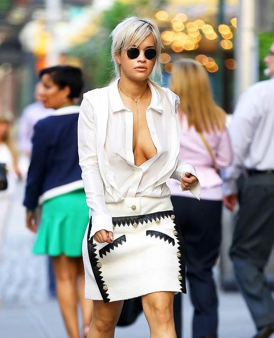 Zpěvačka Rita Ora dává svým ňadrům velkou volnost.