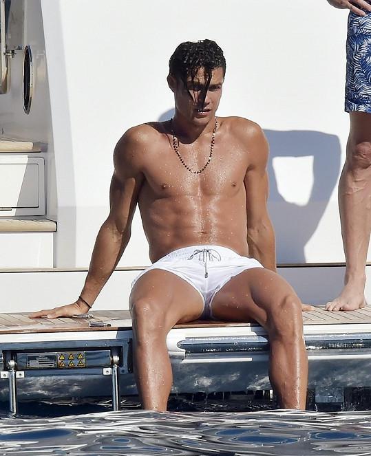 Cristiano vypadá i ve chvílích volna jako z reklamy na fitness centrum.