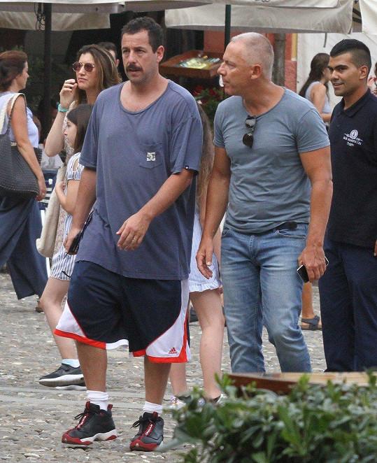 Adam v Itálii natáčí nový film.