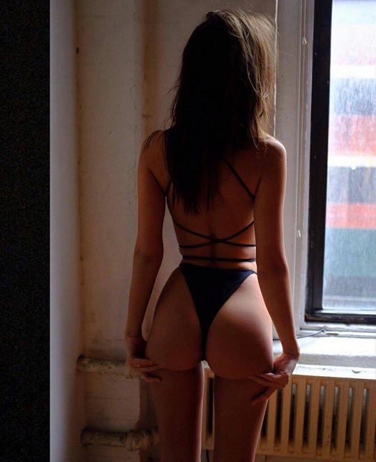Na sledující na Instagramu vyšpulila i výstavní zadeček.