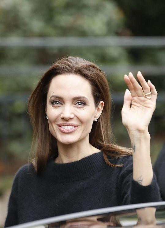 Angelina šokovala vyzáblou rukou.