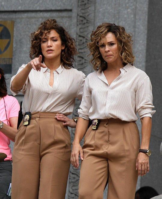 Jennifer Lopez (vlevo) se svou dvojnicí na natáčení seriálu Špinaví poldové