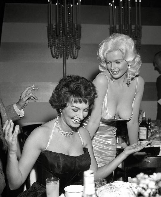 Na tuhle hollywoodskou večeři šla Jayne s úmyslem zastínit Sophii Loren. Podařilo se!