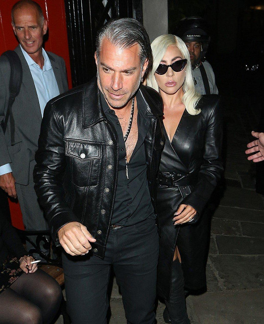 Gaga vyrazila do ulic Londýna se snoubencem Christianem Carinem.