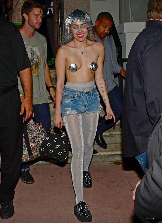 Miley se předvedla jako pornoherečka. Patrick (vlevo) ji tiše následoval.
