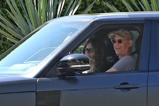Hanks a Wilson po příletu z Austrálie cestou z letiště