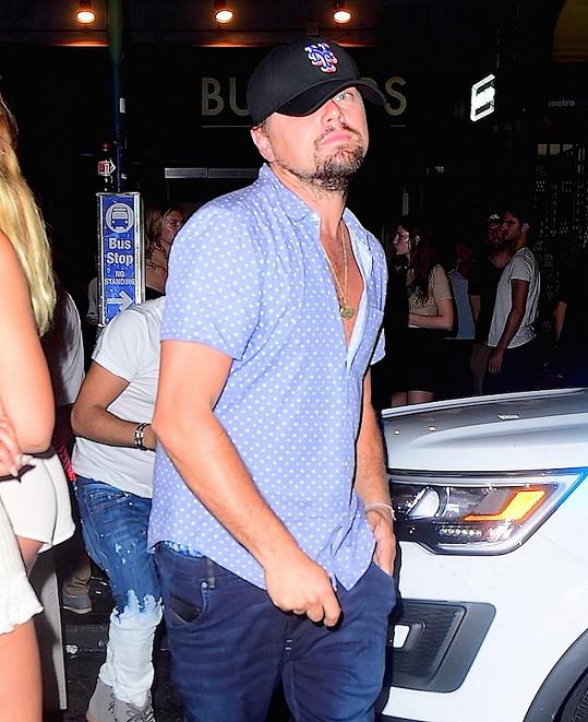 Leonardo se snaží nenápadně opustit okolo čtvrté hodiny ranní newyorský klub.