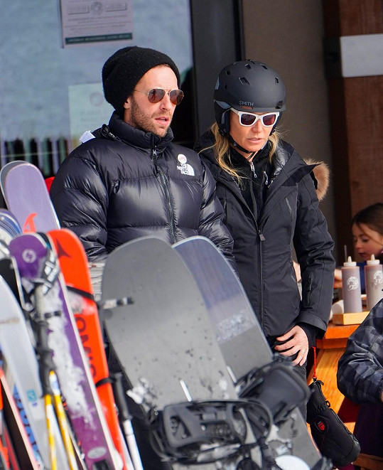 Chris má s Gwyneth stále dobrý vztah, bývalí manželé se vídají společně s dětmi i s novými partnery. Takhle spolu vyrazili lyžovat před Vánoci v loňském roce.