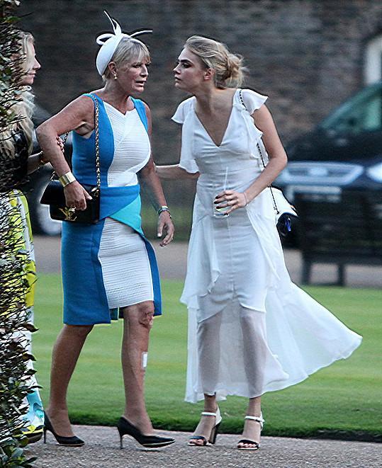 Cara s matkou Pandorou na svatbě své sestry Poppy