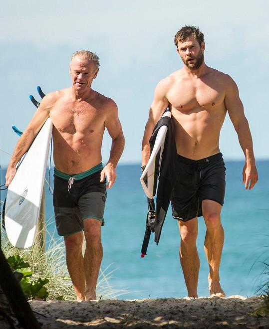 Otec a syn Hemsworthovi vyrazili surfovat.